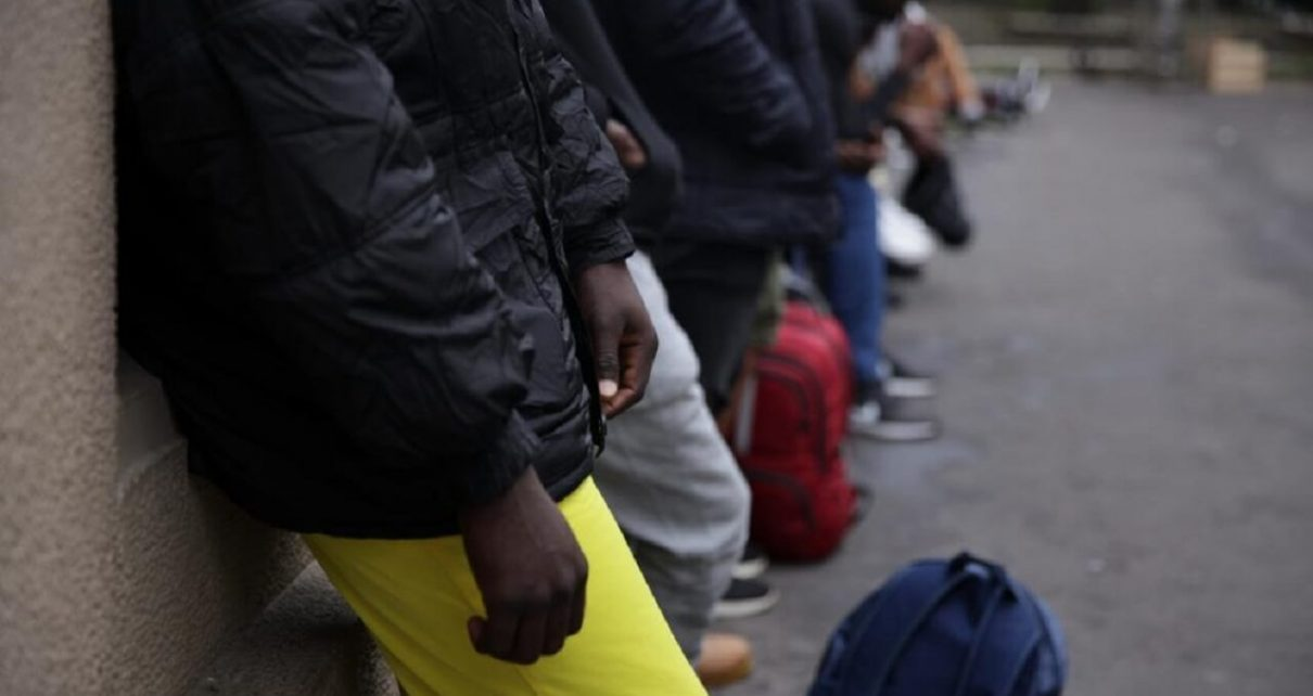 Paris: Dire Situation for Migrant Adolescents Arriving Alone