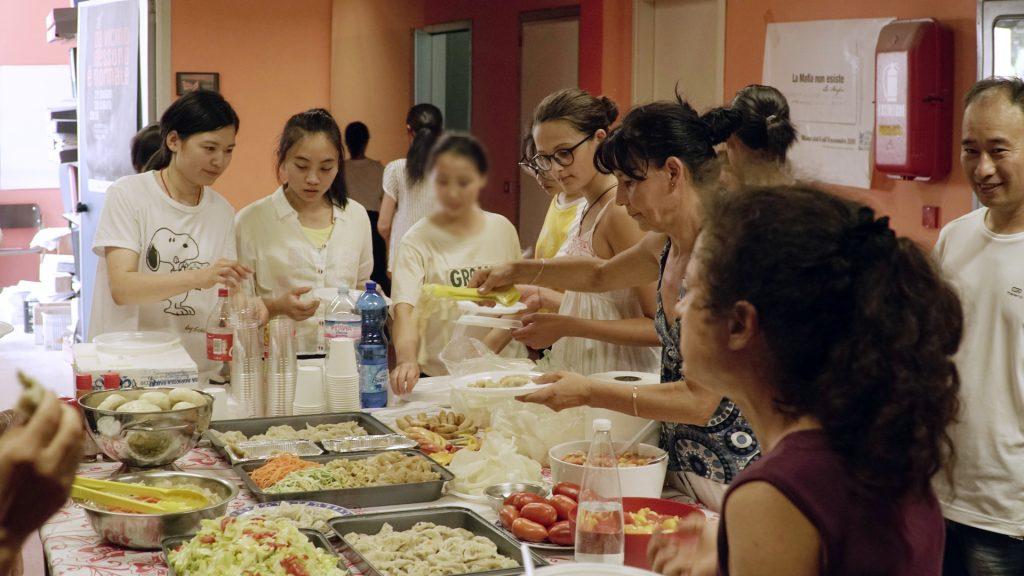 Il Giardino degli Aromi Onlus association held a communal meal. (Photo: Chongsheng)
