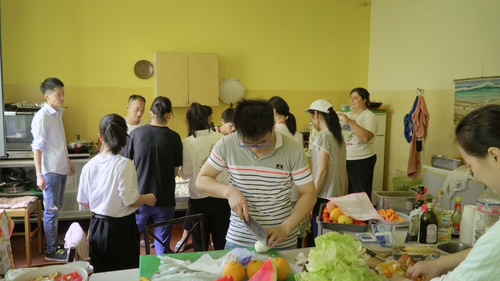People are making the communal meal. (Photo: Chongsheng)