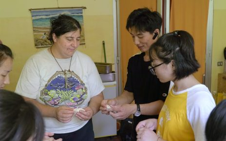 Christians from the Morning Star Association are teaching the staff members of Il Giardino degli Aromi Onlus to make Chinese dumplings. (Photo: Chongsheng)